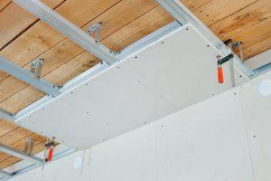 Réussir le choix des matériaux pour un faux plafond