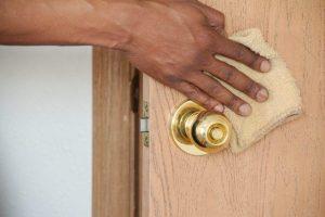 Astuces pour nettoyer une porte en bois